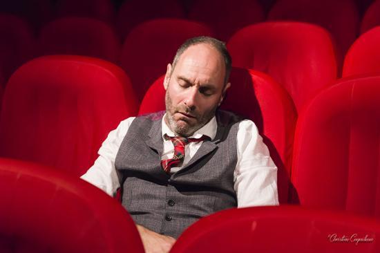 Nico dort dans le fauteuil rouge modif